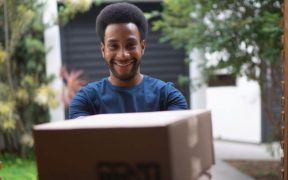 homem recebendo caixa em casa conceito de delivery
