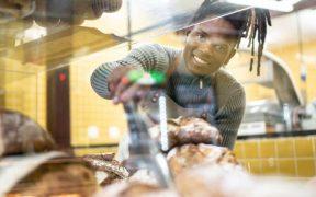 homem trabalhando na padaria