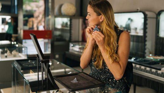 mulher experimentando joias em loja de luxo