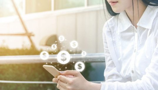 mulher segura smartphone conceito de pagamento online