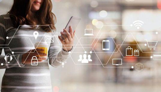 consumidora usando celular para compras online