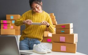 empresaria tirando fotos de produtos para ecommerce venda online