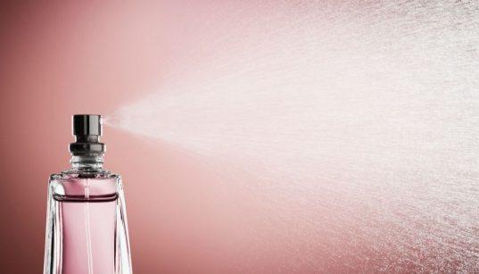 frasco de perfume com efeito spray