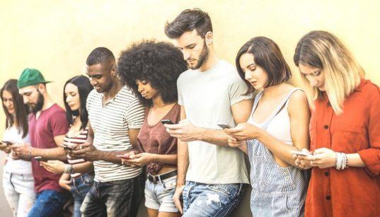 grupo de jovens usando celular
