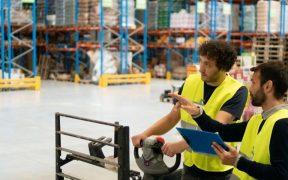 homens trabalham em centro de distribuição logistica