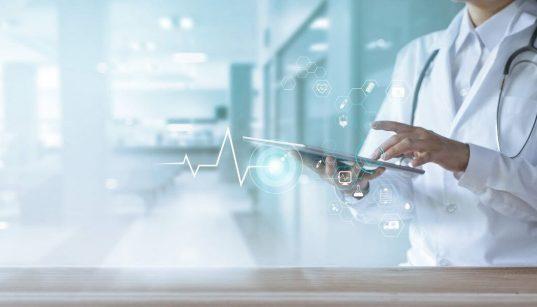 medico no hospital usando tablet conceito de tecnologia na saude