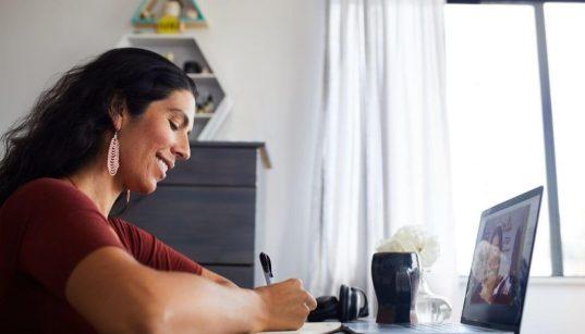 mulher estudando online