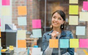 mulher planejando negocios no escritorio