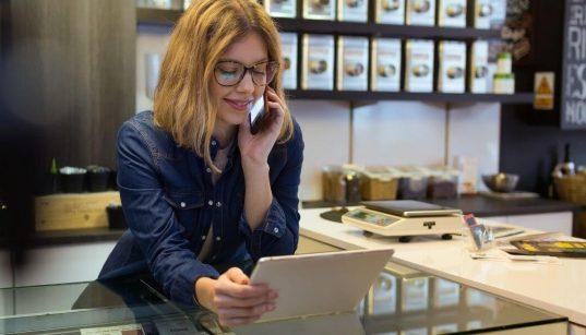 pequena empresaria de cafeteria usando tablet