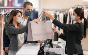 casal usando mascara fazendo compras na loja