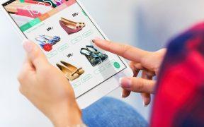consumidora fazendo compras online usando tablet