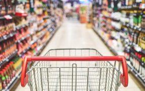 corredor de supermercado com carrinho