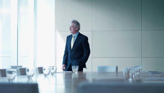 executivo em uma salsa de reunião sozinho