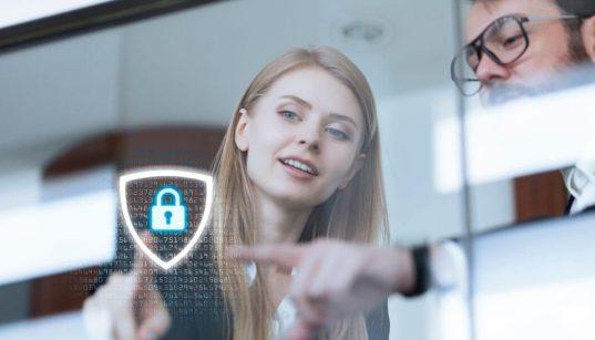 executivos apontam para tela com cadeado conceito de segurança de dados