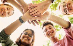 jovens com as mãos unidas