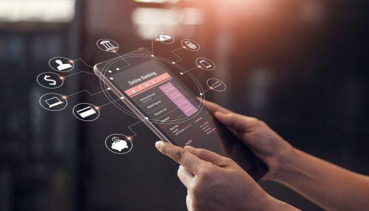 mãos usando celular para acesso ao banco online