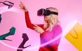 mulher comprando produtos no ecommerce usando oculos de realidade virtual