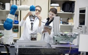 profissionais trabalhando na industria com robô