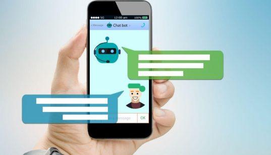 usuario segurando celular com app de conversa chatbot