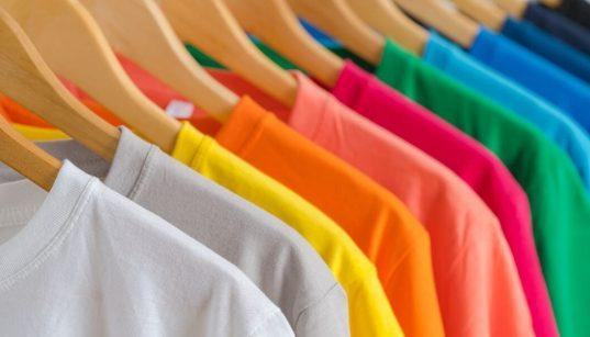 cabide com camisetas coloridas