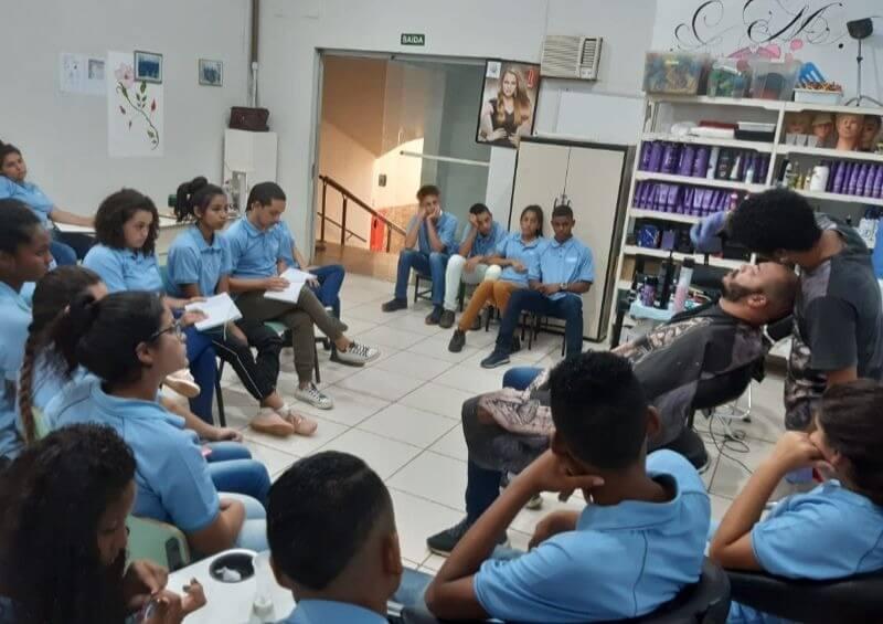 curso de cabelereiro e manicure promovido pela cidade dos meninos