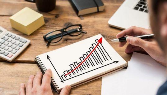 empresario desenhando grafico de crescimento