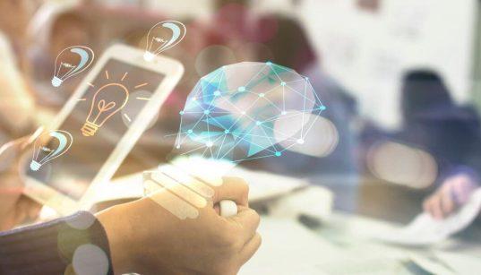 executivo segurando celular com ilustração de lampada conceito de inovação