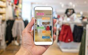 mao usando smartphone com realidadeaumentada em loja de roupas