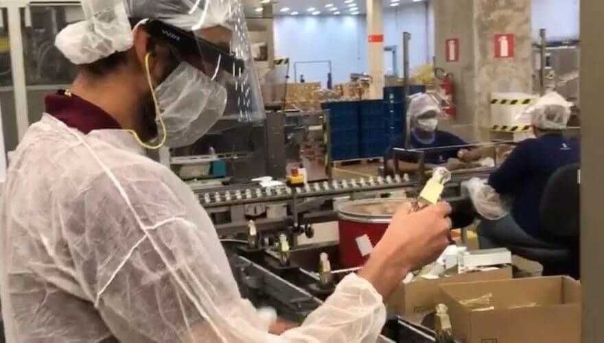 oculos smart glasses em uso na fabrica do grupo boticario