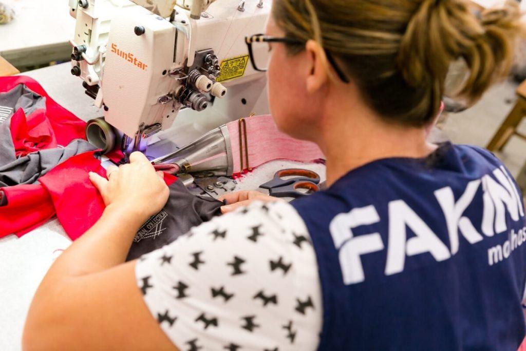 processo de costura na fabrica da fakini