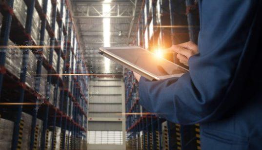 trabalhador no armazem usando tablet para automação