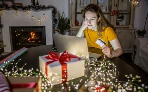 consumidora fazendo compras de natal online