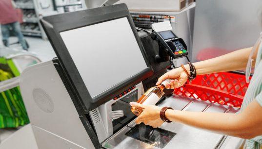 consumidora usando selfcheckout no supermercado