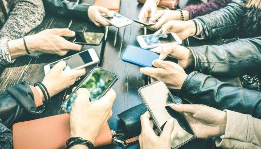 consumidores segurando smartphone