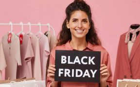 empreendora de moda segurando placa da black friday