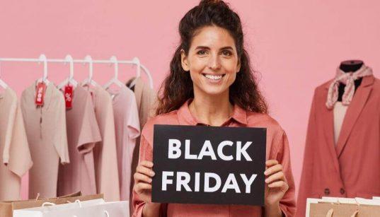 empreendora de moda segurando placa da black friday
