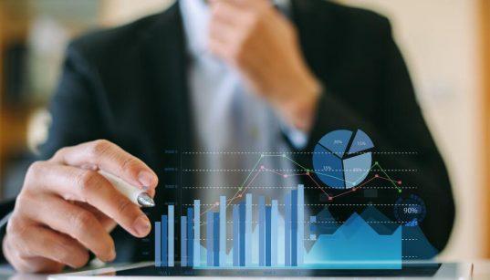 executivo analisa dados em interface tecnologica
