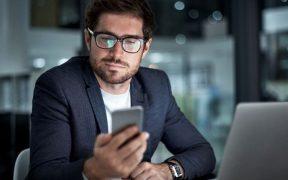 executivo usando celular e computador