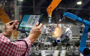 funcionario controla fabrica pelo tablet