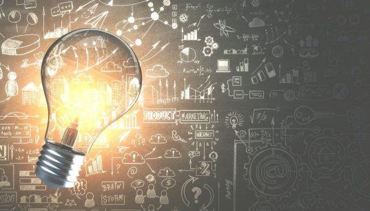 quadro com icones de negocios e lampada inovacao