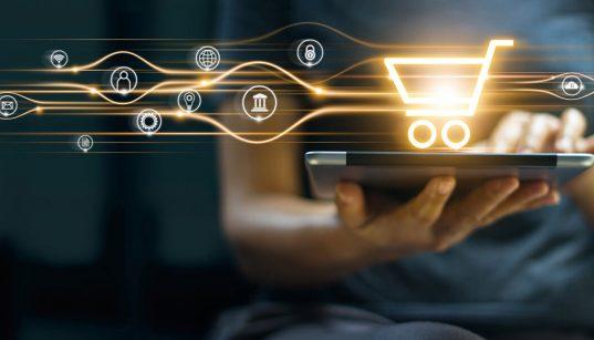 consumidor usando tablet com icones de compras e pagamento