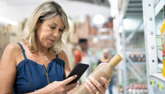 consumidora escaneira codigo de barras do produto no supermercado