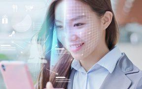 consumidora faz compras com reconhecimento facial