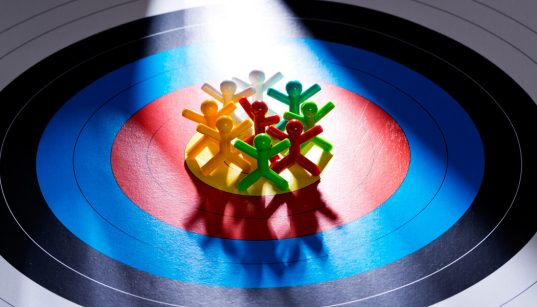 ilustracao conceito de pessoas e consumidores no centro da estrategia