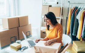 microempresaria no computador cuidando das vendas online